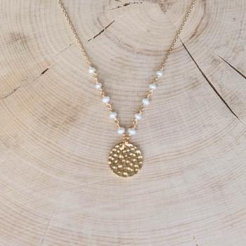 collier suzie plaqué or pendentif martelé relevé de Perles d'eau douce