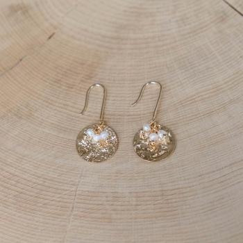 boucles angèle plaquées or médailles martelées et petites perles d'eau douce