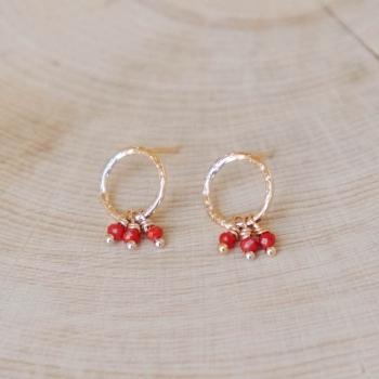 boucles emma anneau plaqué or martelé perles de verre grenade