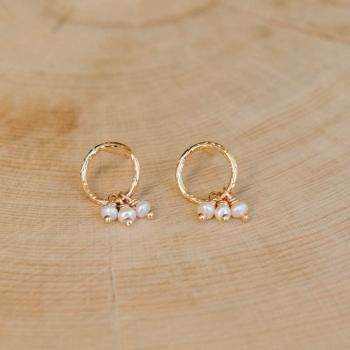 boucles emma anneaux martelés plaqués or perles d'eau douce