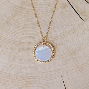 collier auguste médaille nacre anneau perlé plaqué or