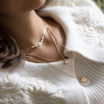 collier colombe plaqué or serti de Nacre et de perles dorées