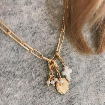 charm kaia petite médaille plaqué or perle d'eau douce
