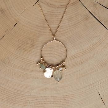 collier serti de pierres de Prehnite